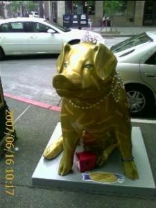 2007 06 15 NCL Star Alaska Seattle Pigs On Parade gold pig