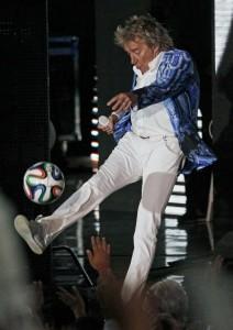 2014 08 14 Rod Stewart Santane concert Soccer Balls