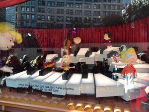 2015-11-25-new-york-macys-windows-a-charlie-brown-christmas-4